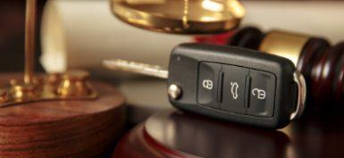 """מפתחות לרכב על שולחן שופט לכתבת עו""""ד לכל נהג"""