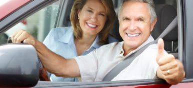 זוג מאושר ברכב אדום חדש תמונת כתבה ביטוח רכב