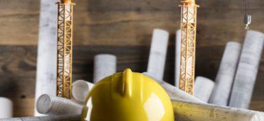 כובע קבלן מנופים ותוכניות - תמונת נושא ביטוח קבלנים